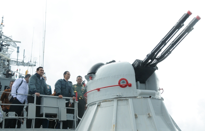 President Jokowi onboard of Indonesia's warship KRI Imam Bonjol after spates of incidents with Chinese vessels at end of June 2016. Photo taken from setkab.go.id